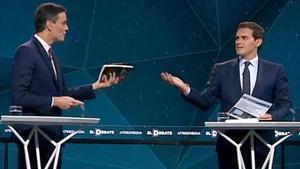 Sánchez y Rivera se regalan mutuamente la tesis del líder del PSOE y el libro sobre Santiago Abascal.