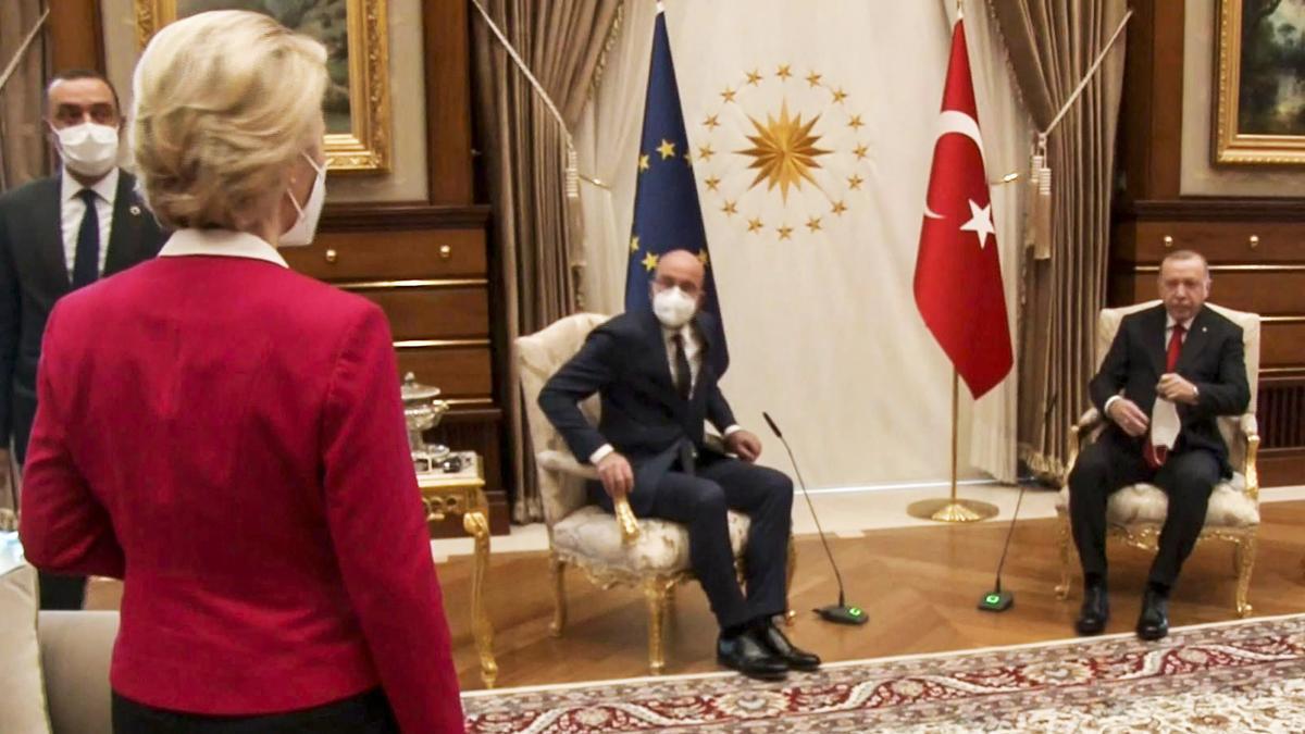 A Von der Leyen no le hizo gracia quedarse sin silla en reunión con Erdogan.