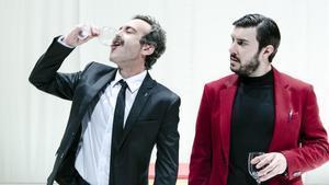 Òscar Intente (izquierda) y Arnau Puigen una escena de la 'Othello'.
