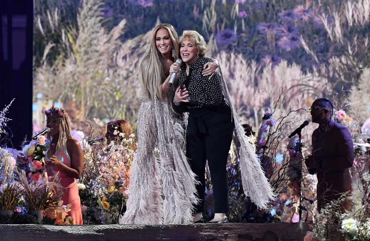 Jennifer López canta amb la seva mare 'Sweet Caroline' en el concert VAX el Dia de la Mare