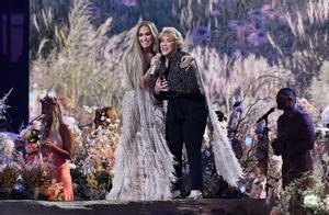 Jennifer Lopez y su madre durante la gala VAX