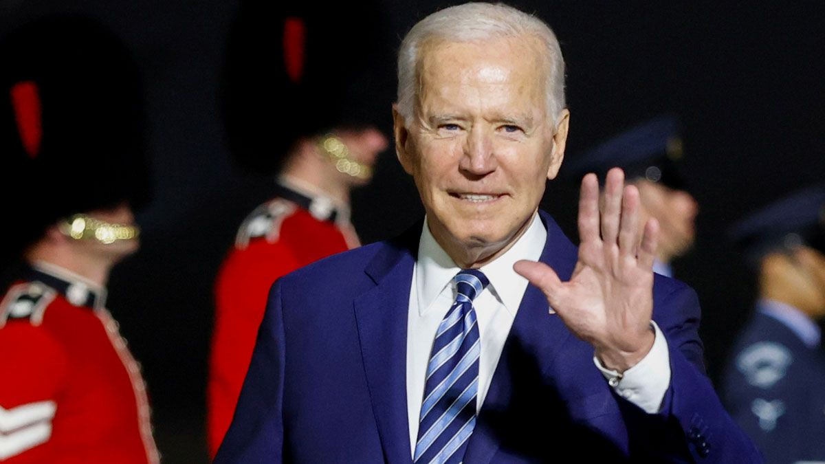 Joe Biden saluda a su llegada al Reino Unido, en el aeropuerto de Cornualles, el pasado día 10.