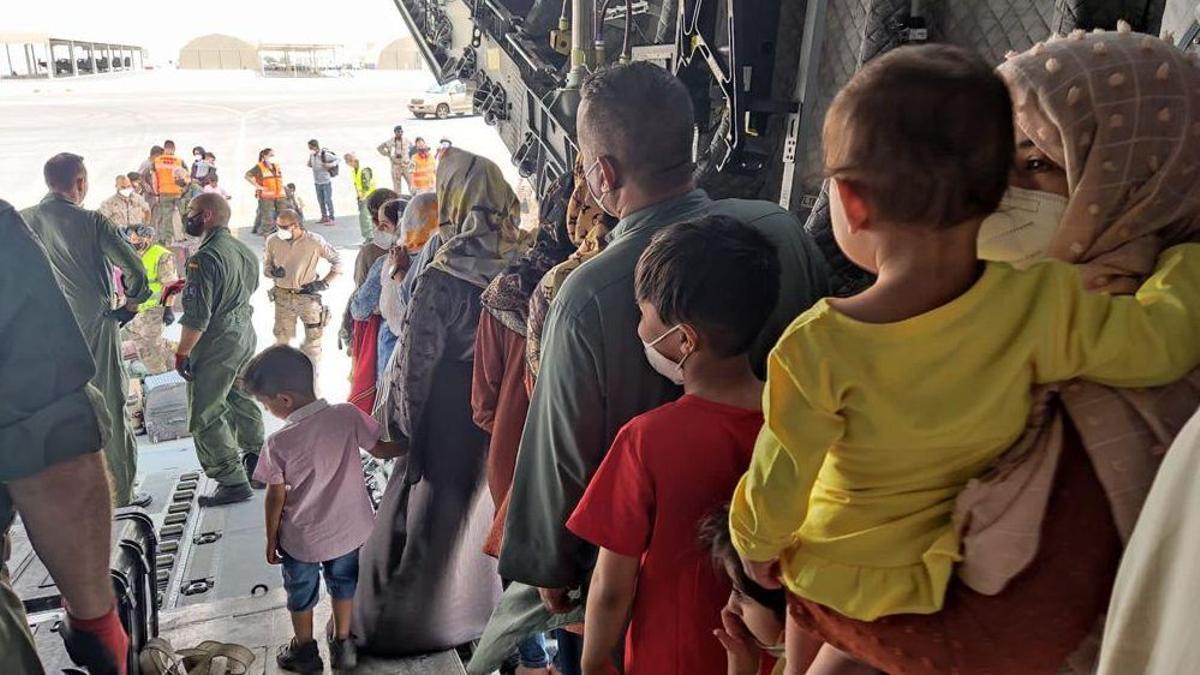 Embarque del segundo vuelo español sale de Kabul a Dubái con unos 110 afganos.