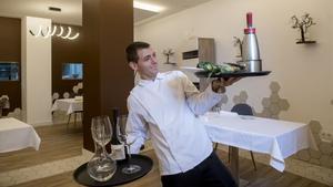 Vidal Gravalosa lo es todo en La Forquilla: cocinero, camarero y lavaplatos.