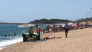 Equipos del SEM al lado del cuerpo del hombre ahogado en la mañana de este lunesen la Platja Gran de Platja d'Aro.