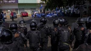 La policiía de Nicaraguavigilauna manifestación en contra delpresidente Daniel Ortega.