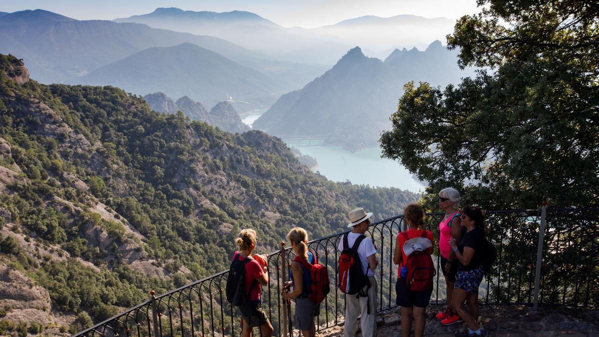 Unos excursionistas observan la vista desde el santuario de Lord.