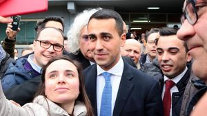 Luigi Di Maio, con simpatizantes tras votar en Nápoles.