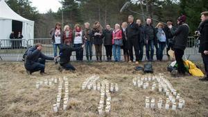 Parientes y amigos de las víctimas hablan con periodistas después de colocar velas este viernes en la ceremonia de conmemoración en el monumento de LeVernet a las víctimas de la tragedia de Germanwings.
