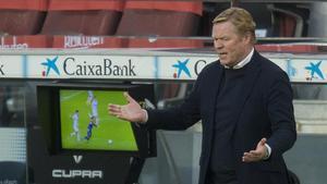 Koeman, junto a la pantalla del VAR, reclama el penalti sobre Griezmann.