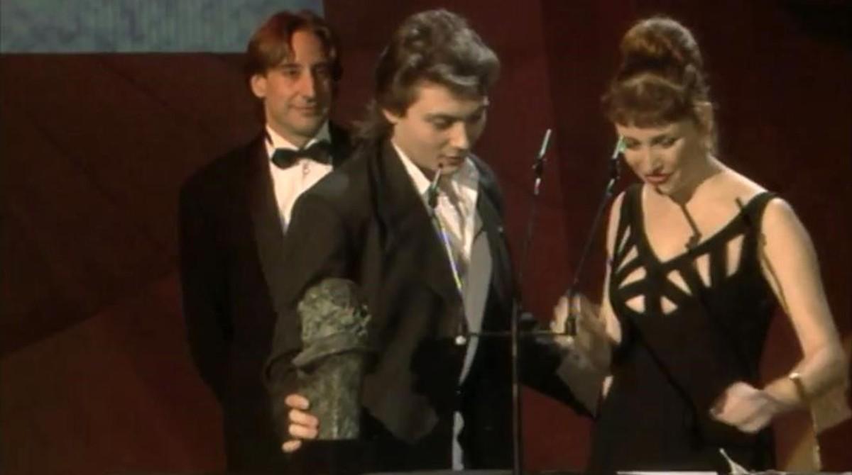 El guionista Eduardo Bajo Ulloa recibe, de manos de Verónica Forqué y Juanjo Puigcorbé, el Goya al mejor guion original por 'Alas de mariposa', en 1992.