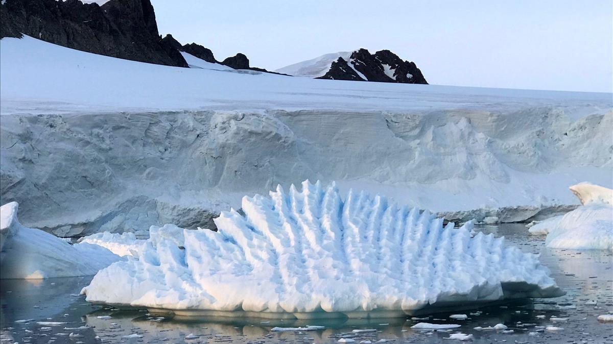 Grietas cerca de la linea de tierra del glaciar Pine Island, en la Antártida, en una imagen facilitada por 'Nature'.