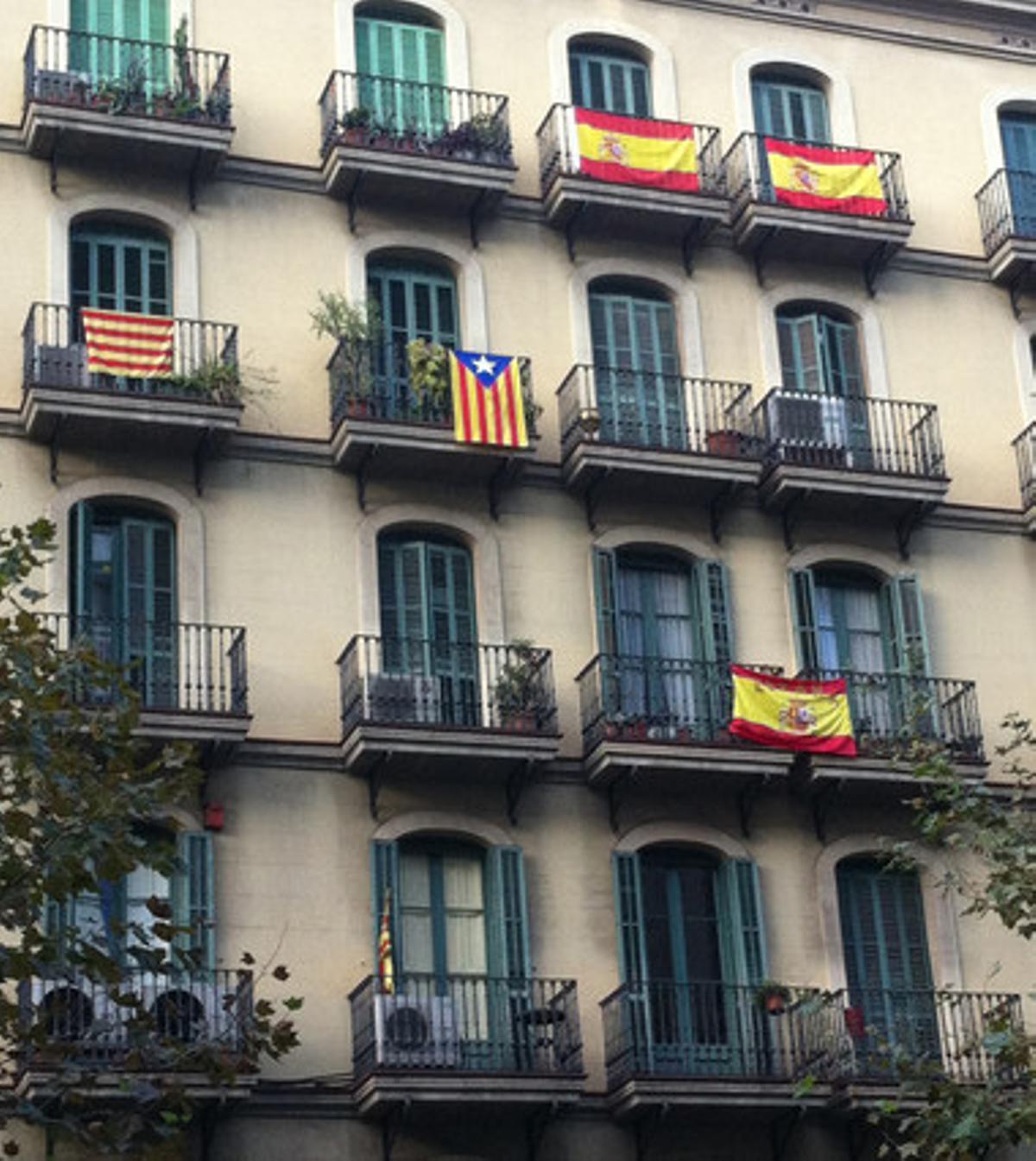 Los balcones de un edificio de la calle de Comte d'Urgell, en Barcelona.