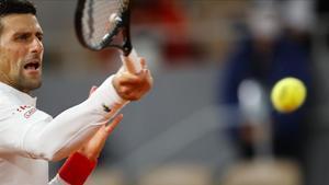 Djokovic golpea con fuerza la bola, en Roland Garros.