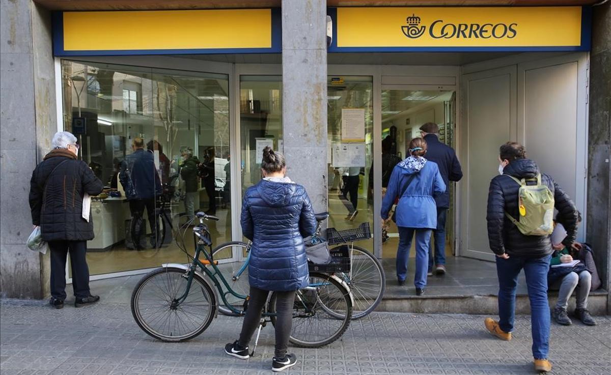 Colas en la oficina de Correos de la calle de Castillejos, en Barcelona.