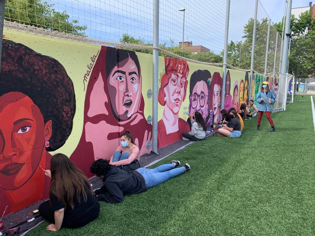 Alumnos del Institut Josep Mestres i Busquets pintan un mural feminista.