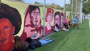 Viladecans decora el camp municipal de futbol amb un gran mural feminista