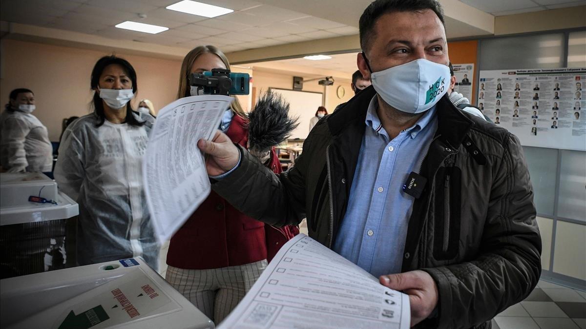 Sergei Boiko, líder del partido Coalición 2020. que apoya Alexei Navalny, vota hoy en un colegio electoral de la ciudad siberianade Novosibirsk.