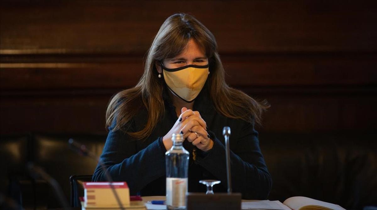 Laura Borràs preside la reunión de la nueva Mesa del Parlament.