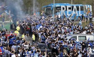 Aglomeraciones de aficionados para despedir a la Real Sociedad antes de la Copa.