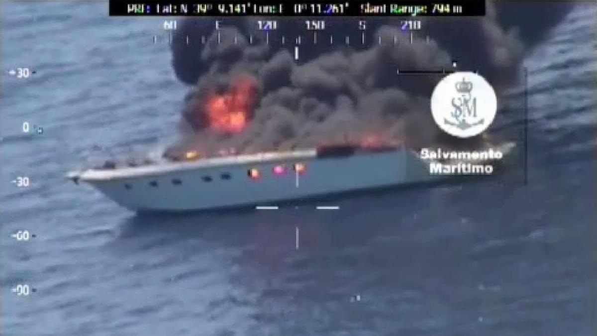 Vídeo | Así ha sido el rescate de tres personas y un perro de un yate en llamas en Dénia