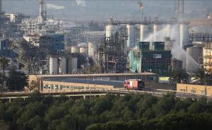 Los bomberos trabajan en la extinción del incendio tras la explosión en la petroquímica de Tarragona.
