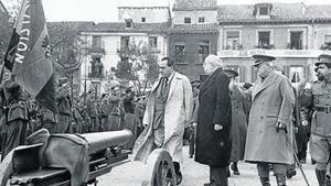 Negrín, Azaña, Miaja y el Campesino pasan revista a las tropas en Alcalá de Henares.