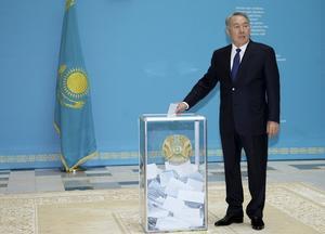 El presidente de Kazajistán vota en las eleciones de este domingo.