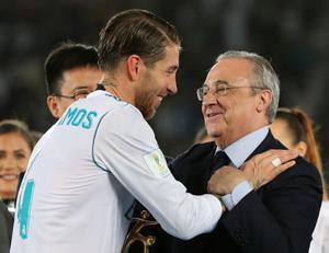 Sergio Ramos saluda al presidente del Madrid Florentino Pérez.