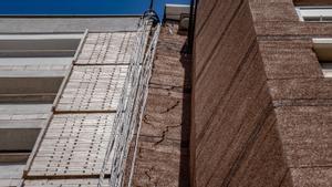 Grieta en la fachada del edificio de la Avenida del Carrilet, 218.