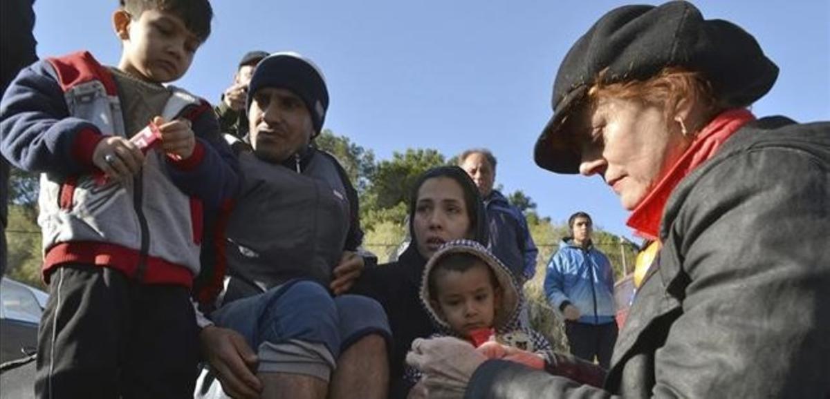 Susan Sarandon (derecha) reparte alimentos entre refugiados en Lesbos, este viernes.