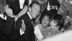 El modisto Halston, con Liz Taylor y Liza Minnelli , en Broadway en 1981.