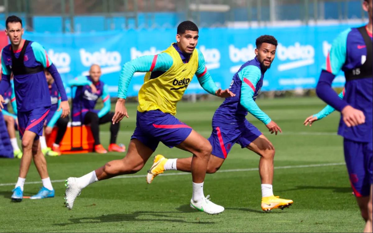 Araujo, en un entrenamiento con el Barça en la ciudad deportiva de Sant Joan Despí.
