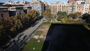 La demolición del histórico parque de bomberos del Eixample en el 2010 dejó este solar que sigue vacío una década después.