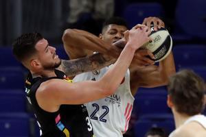 El madridista Tavares y Guerra pelean por un rebote en una acción de la semifinal.
