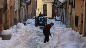 Tractores y palas para retirar nieve de las calles de Falset, este lunes