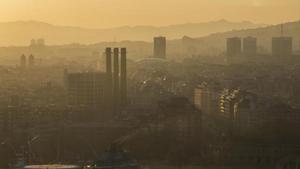 Imagen de un día de alta la contaminación ambiental enBarcelona tomada desde la torre de Sant Sebastià.