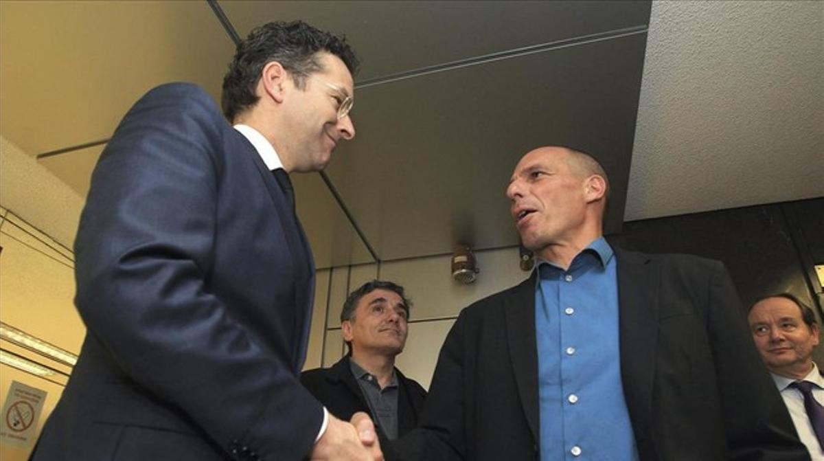El presidente del Eurogrupo, Jeroen Dijsselbloem (izquierda), conversa con el ministro de Finanzas griego, Yanis Varufakis (derecha).