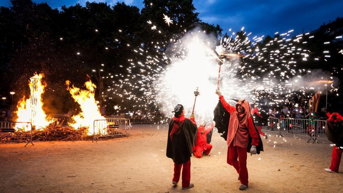 Las hogueras y los 'diables', dos elementos imprescindibles de esta fiesta.