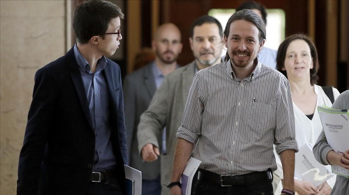 Pablo Iglesias e Íñigo Errejón encabezan el equipo de Podemos a la llegada de la reunión con PSOE y C's.