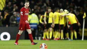 Andrew Robertson reacciona abatido ante un gol del Watford.