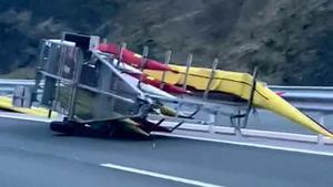 La embarcación del K4, volcada en la carretera.