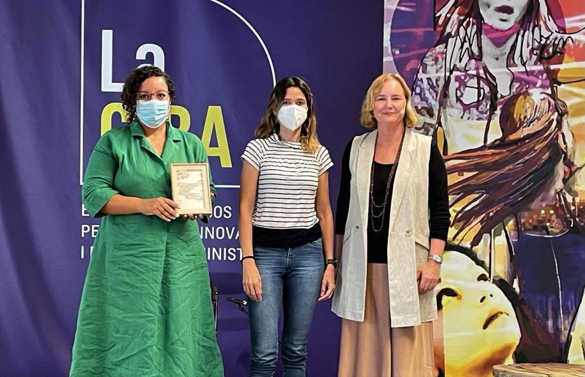 Entrega a Najat El Hachmi del IV Premio de periodismo María Luz Morales en Santa Coloma de Gramenet.