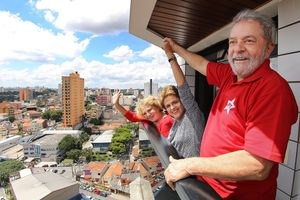 EPA. Brasilia (Brazil), 05/03/2016.- Handout picture by the Instituto Lula of the Former Brazilian President, Luiz Inacio Lula Da Silva (R) with his wife Marisa (L) and the President of Brazil, Dilma Rousseff (c) at Lula's residence in Brasilia, Brazil, 05 March 2016. Brazilian President Dilma Rousseff visited the residence of her predecessor Luiz Inacio Lula da Silva, a day after the former president was the target of the nation's biggest corruption investigation. The head of state arrived early in the afternoon at the home of Lula where she was greeted by about 300 supporters who gathered at the gates of the building, located in the town of Sao Bernardo do Campo , in the metropolitan area of Sao Paulo. (Brasil) EFE/EPA/INSTITUTO LULA DA SILVA / HANDOUT EDITORIAL USE ONLY/NO SALES