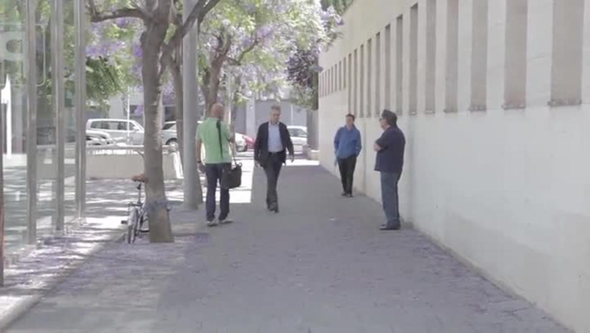 Un ciudadano de Mataró increpa a Josep Ibern al llegar este a los juzgados de Mataró, este mañana.