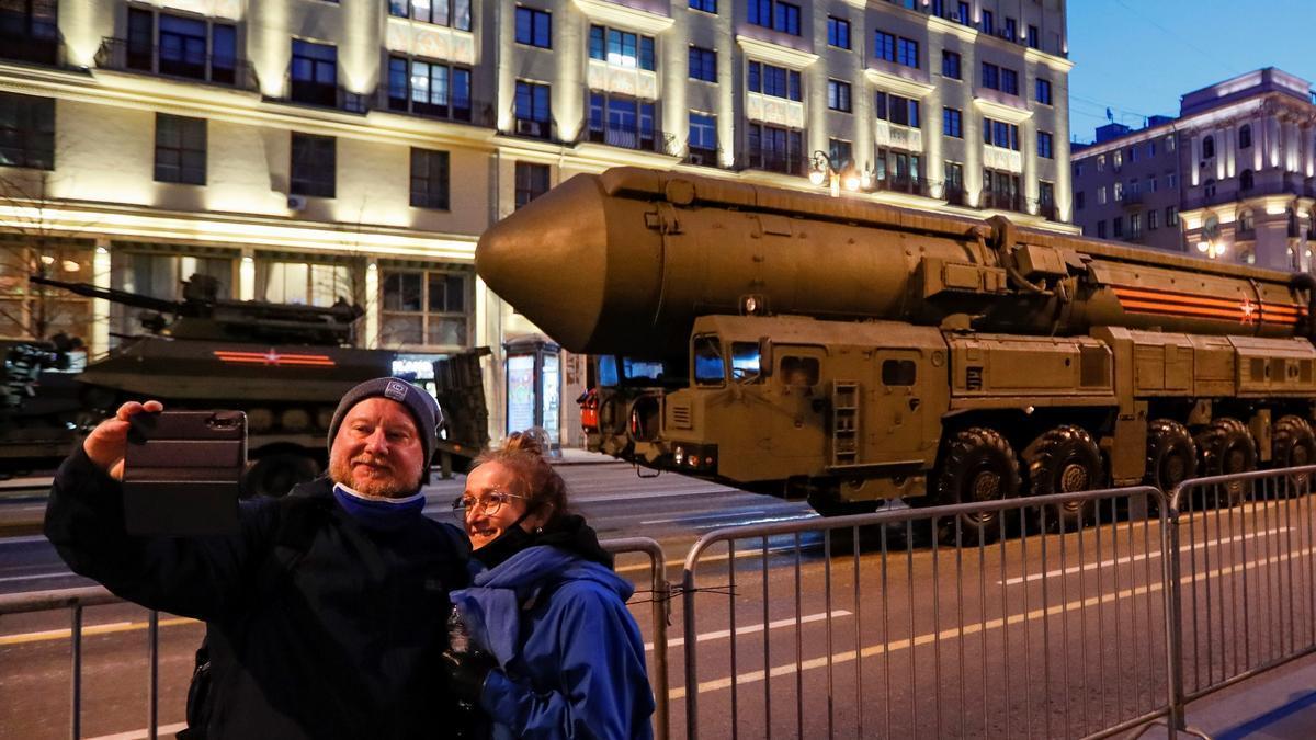 Selfi ante la lanzadera de un misil balístico intercontinental, en el ensayo de un desfile militar en Moscú, elpasado 29 de abril.