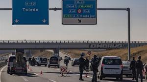 Agentes de la Guardia Civil realizan un control de movilidad en la autovia A42 a la altura de Illescas (Toledo)