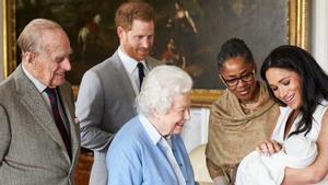 Meghan, con Archie en brazos, junto a su madre, la reina Isabel II, el príncipe Enrique y el fallecido duque de Edimburgo, el 8 de mayo del 2019, en Windsor.
