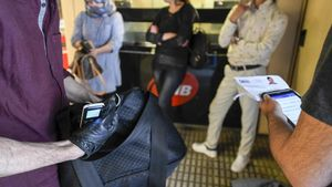 Agentes de paisano de los Mossos identificando a posibles carteristas en el metro.