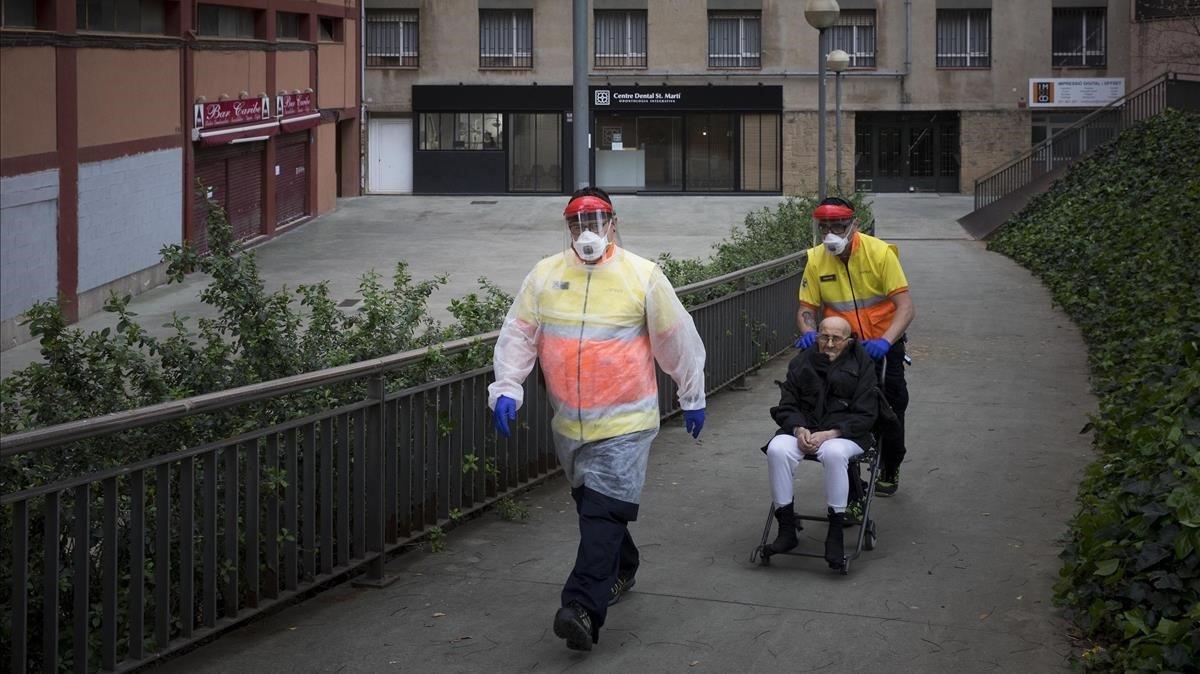 Silencio. Las ambulancias recorren mudas la ciudad vacía y me dedico a seguirlas porque séque la mayoría trasladarán a enfermos con síntomas de Codiv-19 de sus domicilios al hospital, como este anciano que fue trasladado por sanitarios de la SEM en Barcelona el 18 de marzo.
